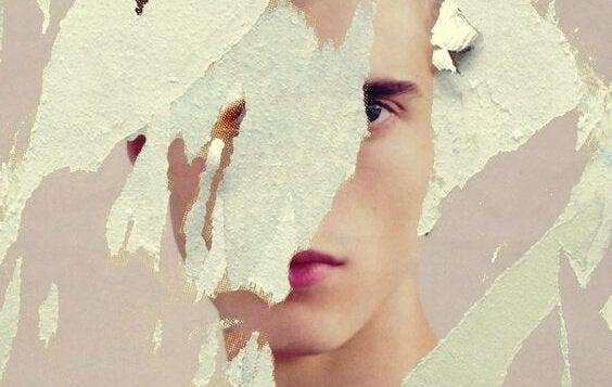 破られた紙と少年