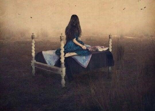 ベットに座る女性