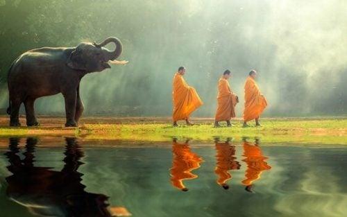 ゾウと三人の僧