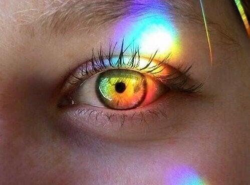 カラフルな目