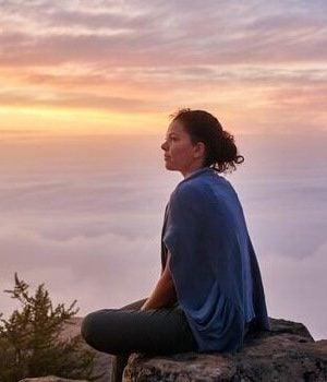 岩の上の女性