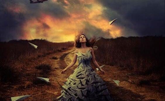 木に囲まれる女性