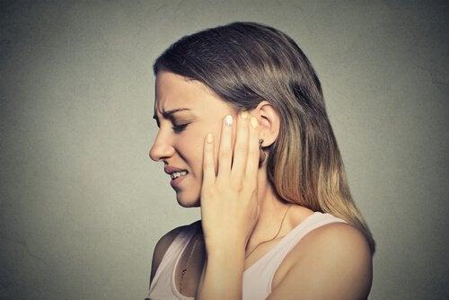 耳が痛い女性