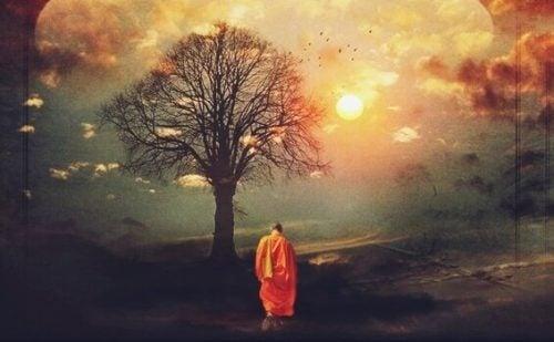 木の前に立つ僧