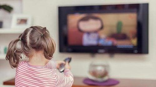 テレビを見る少女