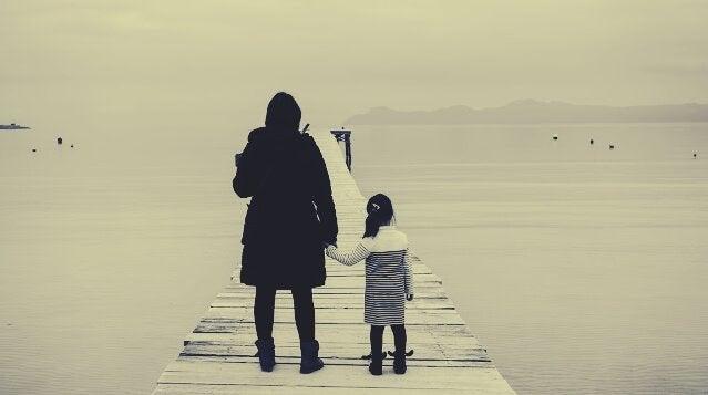 海辺の母と少女