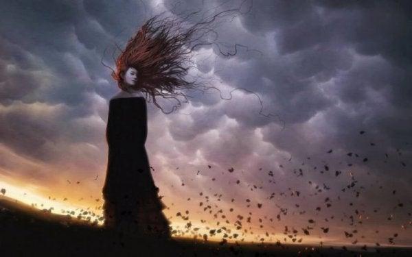 雨雲と女性