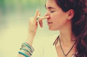 呼吸法を練習する女性