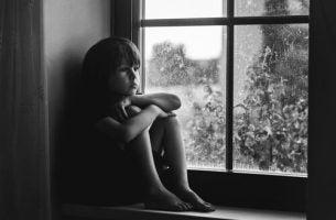 窓辺の子ども