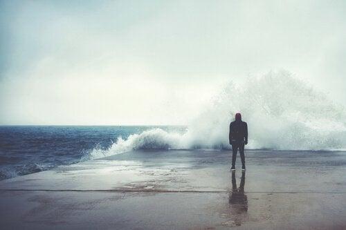 波にうたれる男性