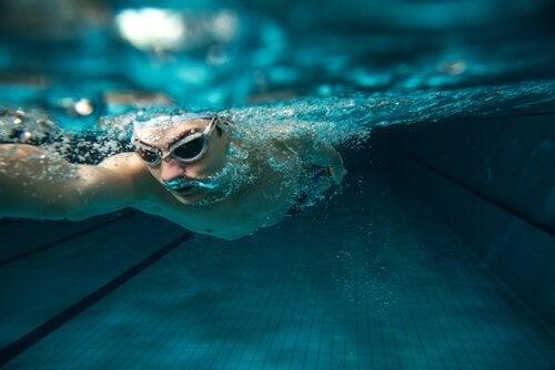 水中を泳ぐ男性