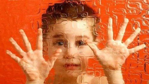 ガラスに手を置く少年