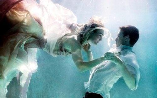 水の中のカップル