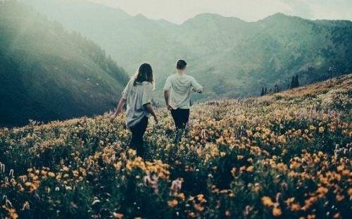 花畑を歩くカップル