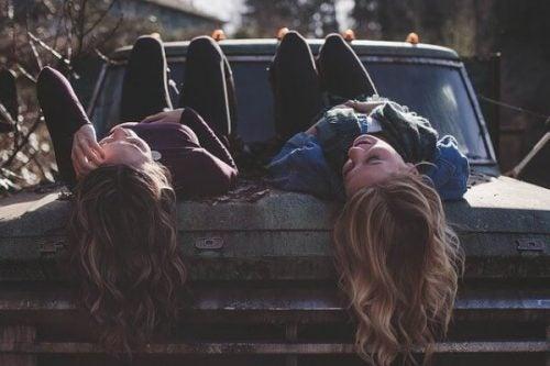 横たわる友達