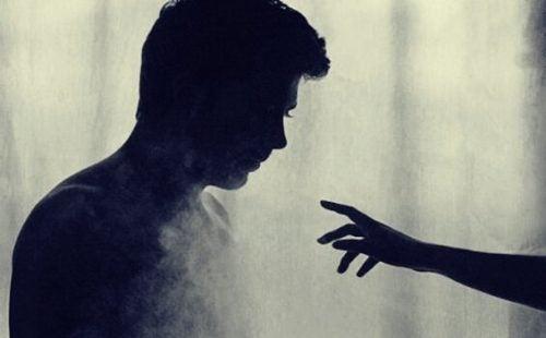 男性に差し伸べられる手