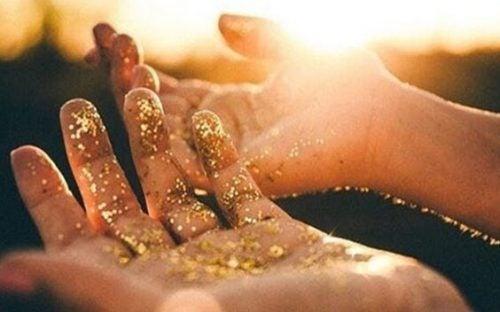金粉のついた手