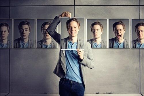 異なる表情のカードを持つ男性