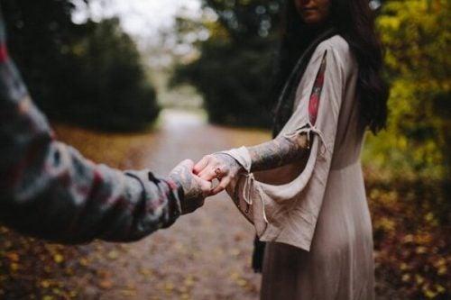 女の手を握る男