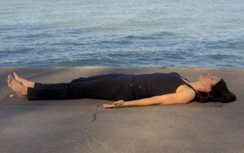 水辺に横たわる女性
