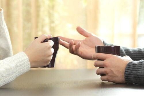 話し合う2人の手