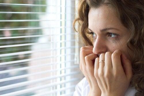 外出を恐れる女性