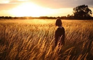 畑にたたずむ女性