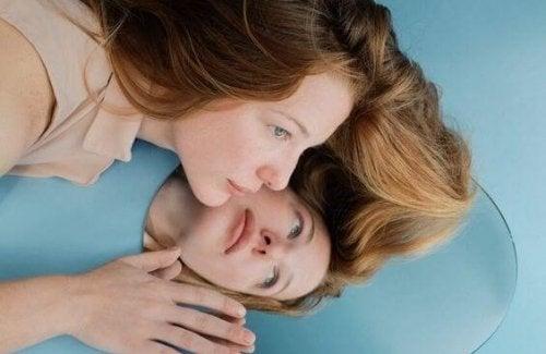 鏡と女性の顔