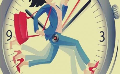 時計の中で走る女性