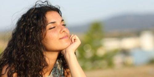 目を閉じて考える女性