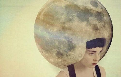 月のヘルメット