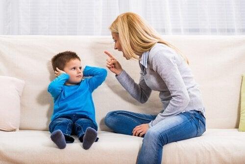 怒鳴られることにより子どもが受ける影響