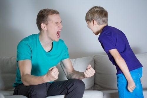 怒鳴る親子