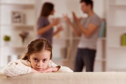 両親の喧嘩を聞く少女