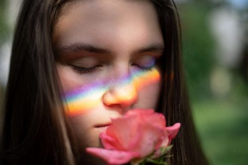 花を匂う女性