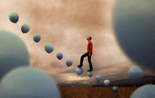 風船を歩く人