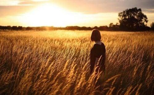 麦畑にいる女性