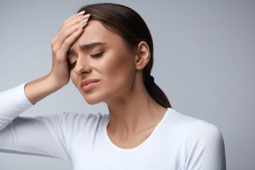 痛み止めを避け、水を飲んで頭痛をなおそう