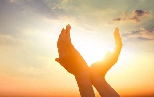 太陽を囲む手
