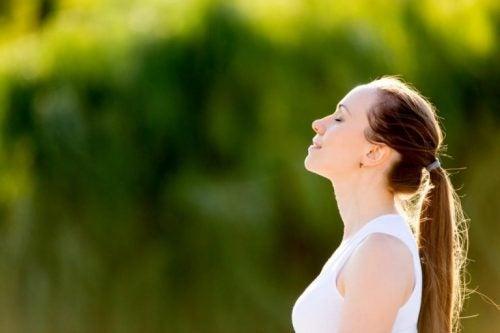 呼吸する女性