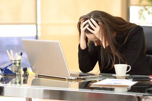 ストレスに苦しむ女性