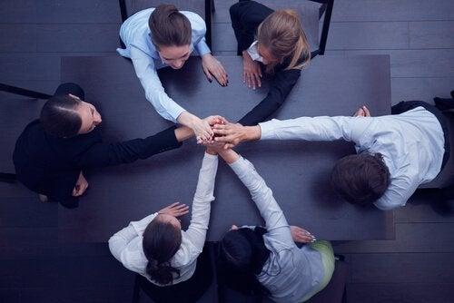 仕事仲間を団結させる方法
