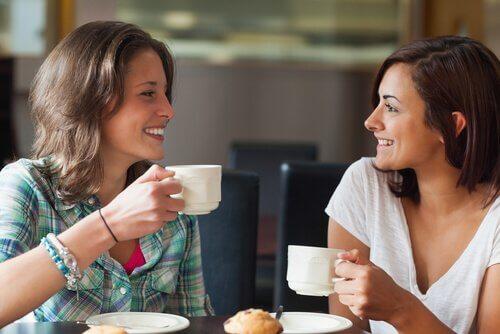 コーヒーを飲む2人