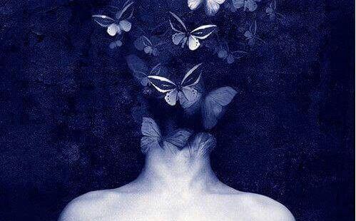女性の後頭部に群がる蝶