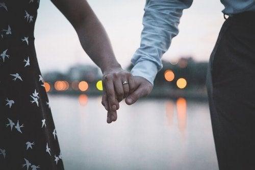 一夫一妻制は、現実的か理想的か?