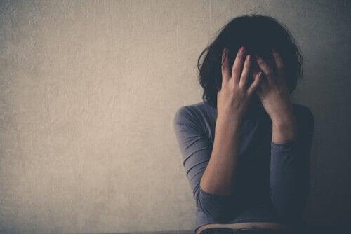 感情的虐待と不安症:その関連性とは