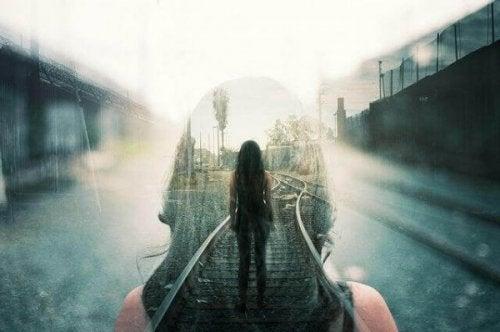 線路に立つ女性