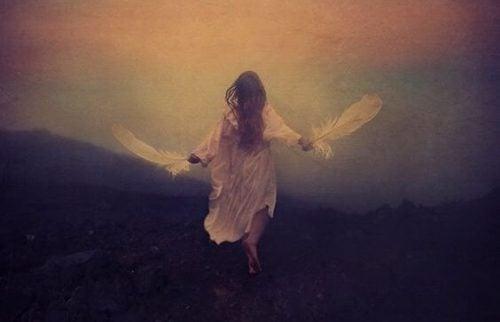 羽を持つ女性