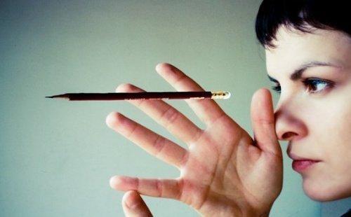 鉛筆と女性