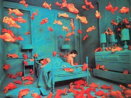 部屋の中を泳ぐ金魚